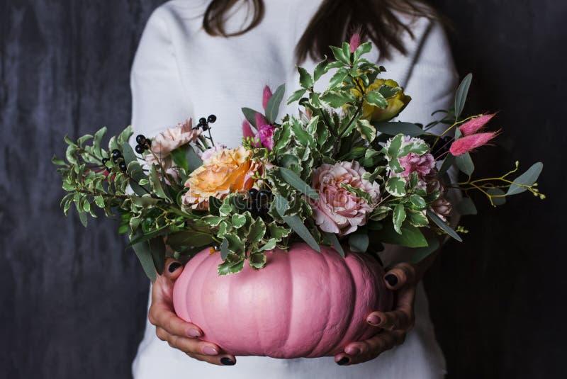 De herfst bloemenboeket in pompoenvaas Decoratie van bloemen binnen royalty-vrije stock foto