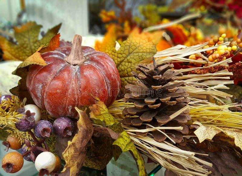 De herfst, dalingsdecoratie met een pompoen, pompoen, denneappel, bessen, gaat weg stock afbeeldingen