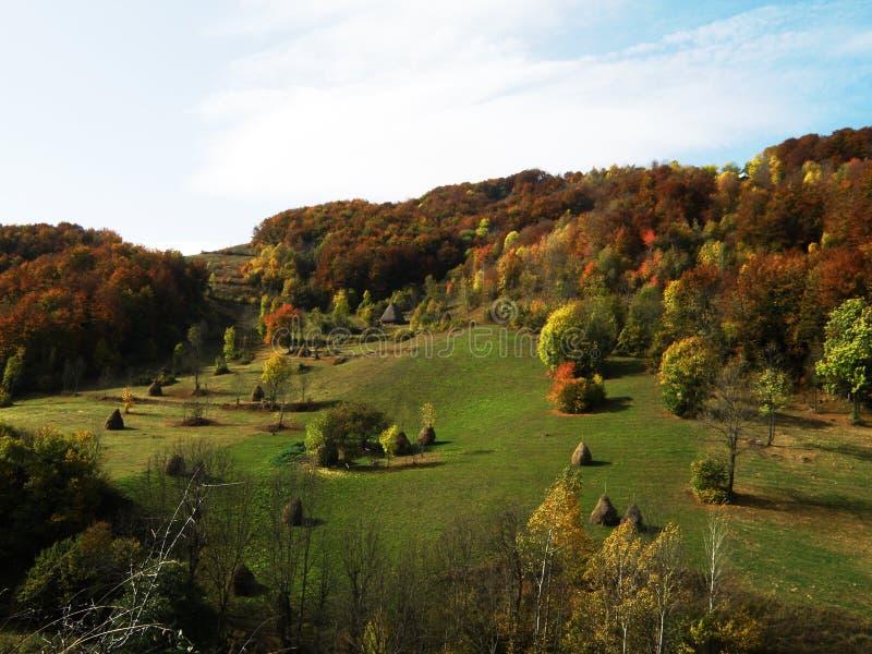 De herfst in de bergen royalty-vrije stock afbeeldingen