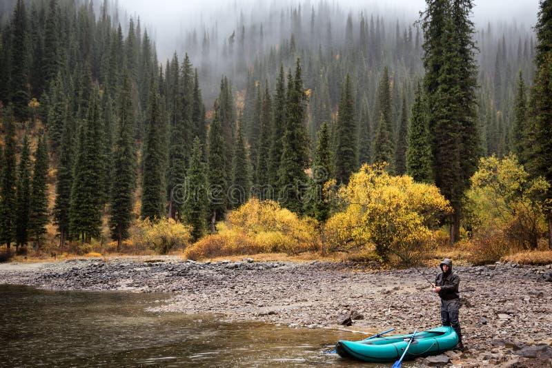 De herfst die onder regen vissen royalty-vrije stock afbeeldingen