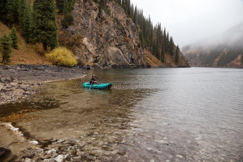 De herfst die onder regen vissen royalty-vrije stock fotografie