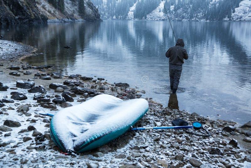De herfst die onder sneeuwval vissen royalty-vrije stock foto's