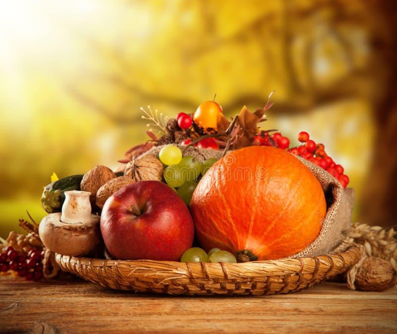 De herfst geoogste fruit en groente op hout stock afbeelding