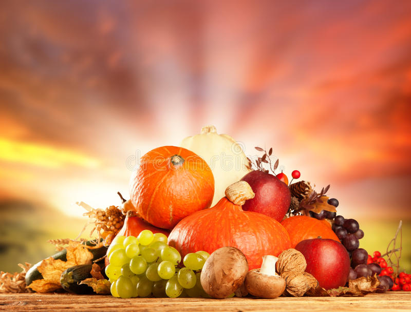 De herfst geoogste fruit en groente op hout stock foto's