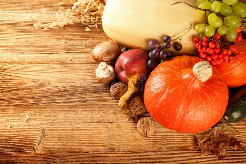 De herfst geoogste fruit en groente op hout stock afbeeldingen