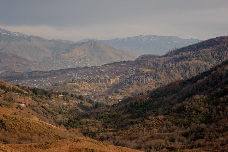 De herfst Georgisch landschap van landelijk deel van Batumi-stad in bergen in oranje kleuren royalty-vrije stock foto