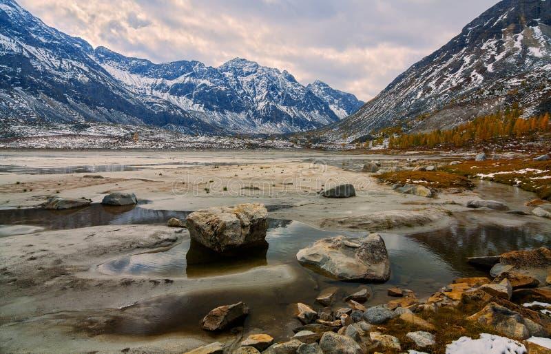 De herfst in het bovenleer bereikt van rivier Arhat royalty-vrije stock foto's