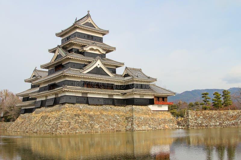 De herfst, het kasteel van Matsumoto met een meer stock foto's