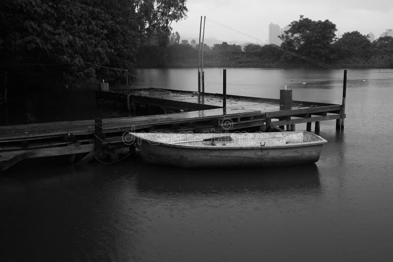 De herfst het roeien boot stock afbeeldingen