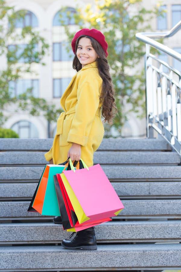 De herfst het winkelen concept Weinig kind het winkelen seizoen van de dalingsverkoop De bos van de kind aanbiddelijke modieuze g royalty-vrije stock afbeelding