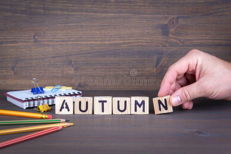 De herfst Houten brieven op de bureau, informatieve en communicatie achtergrond royalty-vrije stock foto