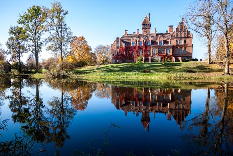De herfst, Jaunmoku-kasteel letland stock afbeeldingen