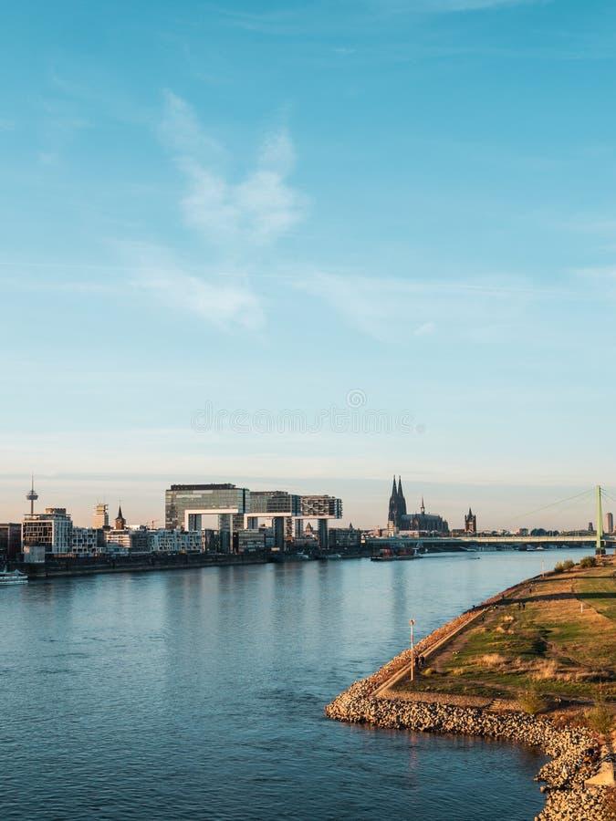 De herfst in Keulen: Cityscape van Keulen, Duitsland met Kathedraal royalty-vrije stock foto's