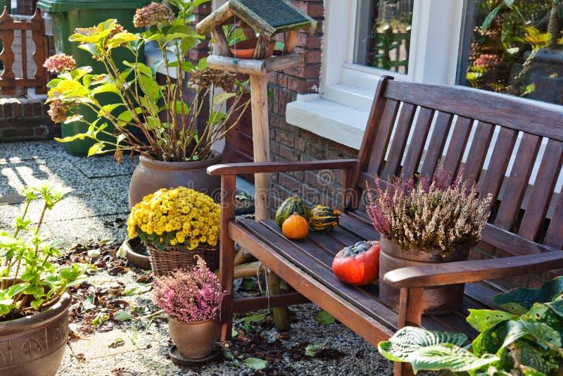 De Herfst In Nederlandse Tuin Stock Afbeelding
