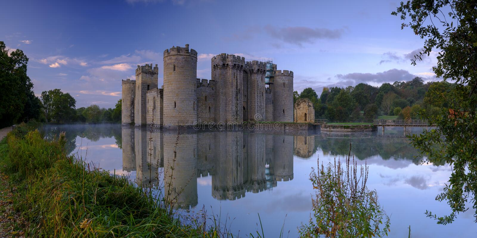 De herfst nevelige zonsopgang op Bodiam-Kasteel, East Sussex, het UK stock fotografie