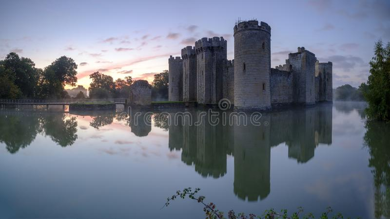 De herfst nevelige zonsopgang op Bodiam-Kasteel, East Sussex, het UK royalty-vrije stock foto's