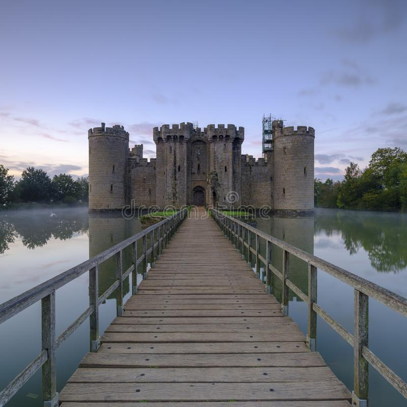 De herfst nevelige zonsopgang op Bodiam-Kasteel, East Sussex, het UK royalty-vrije stock fotografie