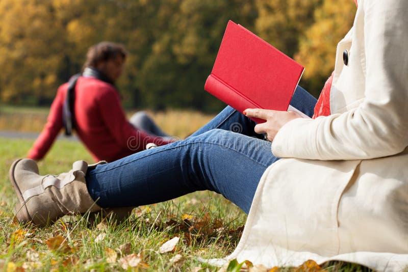 De herfst ontspant op verse lucht royalty-vrije stock foto