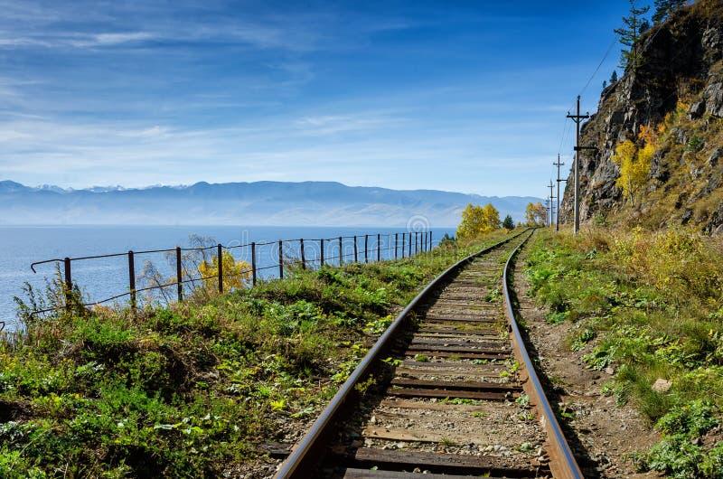 De herfst op circum-Baikal Spoorweg, Oostelijk Siberië, Rusland stock afbeelding