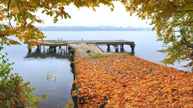 De herfst op de kade stock afbeelding