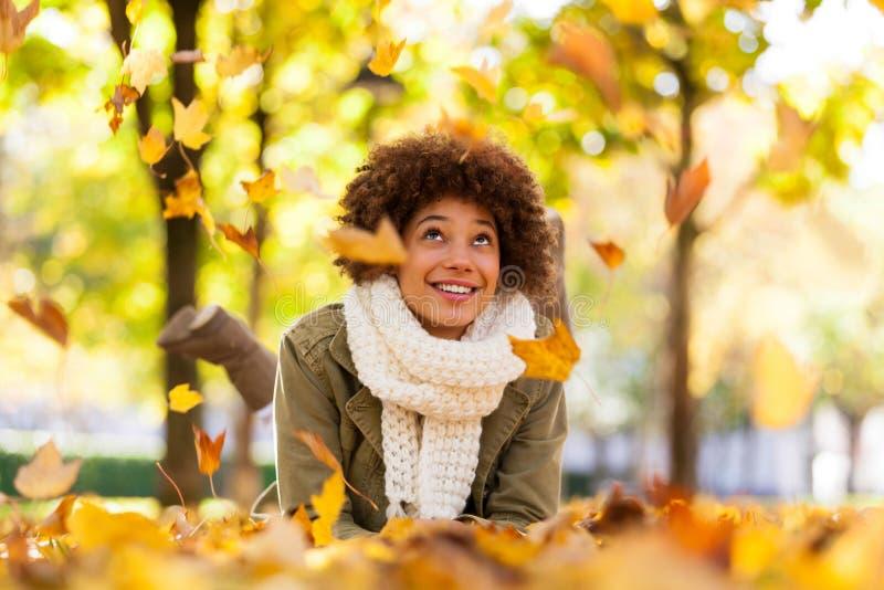 De herfst openluchtportret van mooie Afrikaanse Amerikaanse jonge woma royalty-vrije stock afbeelding