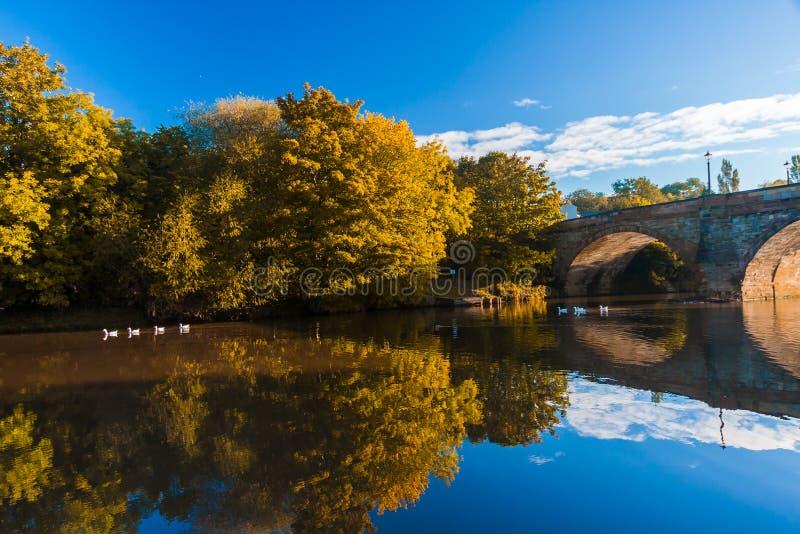 De herfst - Oude brug in de herfst royalty-vrije stock foto's