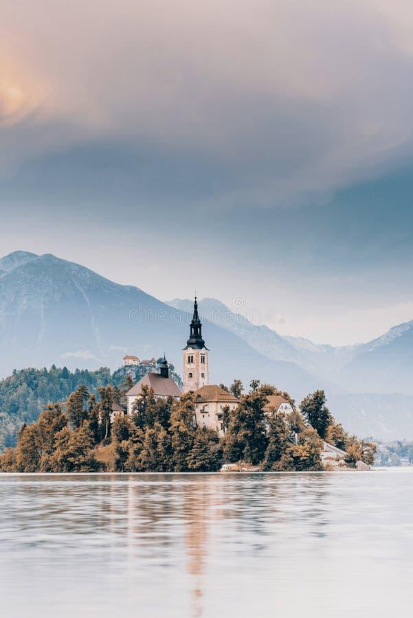 De herfst over meer in Slovenië wordt afgetapt dat stock afbeeldingen