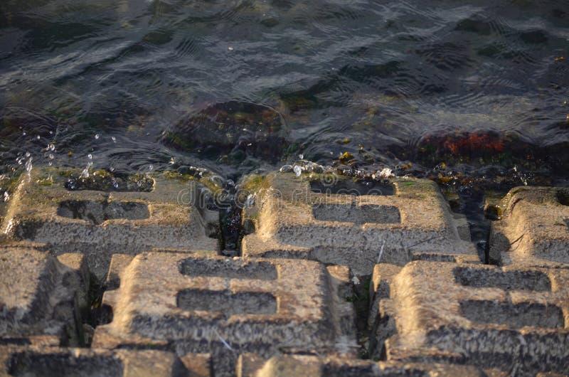 De herfst in Riga, Letland Het bespatten van het water op rotsen royalty-vrije stock foto's