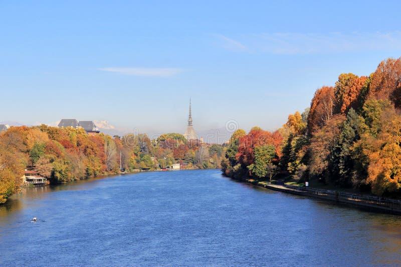De herfst in Turijn & x28; Torino& x29; , panorama met rivier Po en de Mol Antonelliana, Italië stock foto
