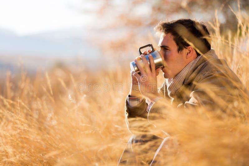 De herfst van de mensenkoffie royalty-vrije stock foto