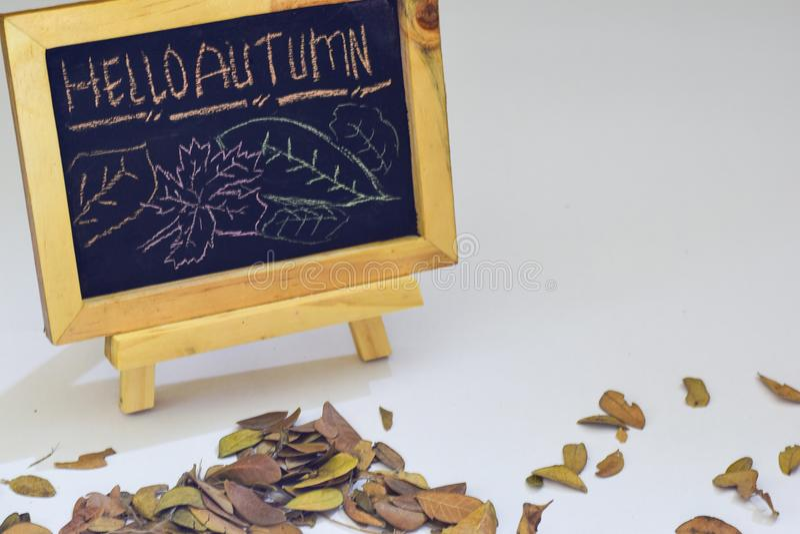 De Herfst van Hello van de handtekening op bord Legt de de herfst seizoengebonden vlakte foto op houten achtergrond stock foto's