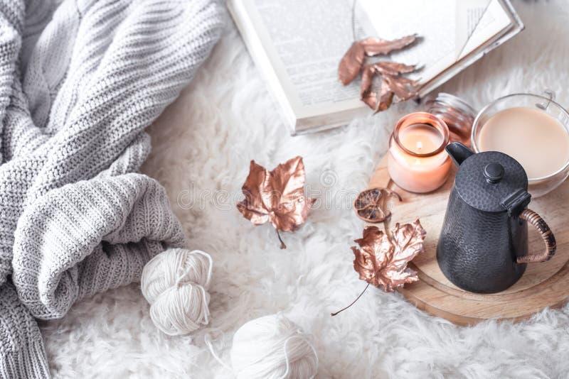 De herfst-winter Comfortabel huisstilleven met een Kop van hete drank royalty-vrije stock afbeeldingen