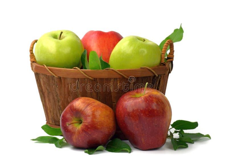 De herfst De zomer Organische appelen in een mand Vitaminen Concep royalty-vrije stock foto's
