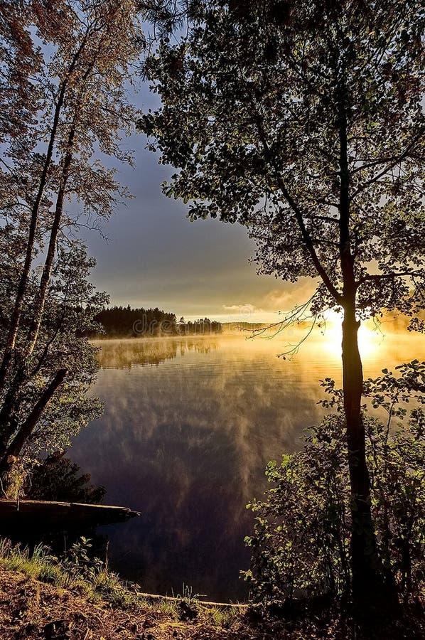 De herfst zonsopgang op de rivier Rivier bij dageraad, mist over het water De schoonheid van zonsopgang Vroege ochtend royalty-vrije stock afbeelding