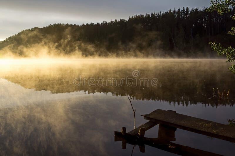 De herfst zonsopgang op de rivier De schoonheid van zonsopgang Rivier tegen de zonsopgang Vroege ochtend, mist over het water royalty-vrije stock afbeelding