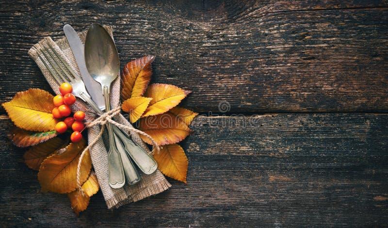 De herfstachtergrond met uitstekende plaats die op oude houten lijst plaatst royalty-vrije stock fotografie