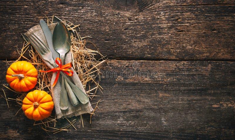 De herfstachtergrond met uitstekende plaats die op oude houten lijst plaatst royalty-vrije stock foto's