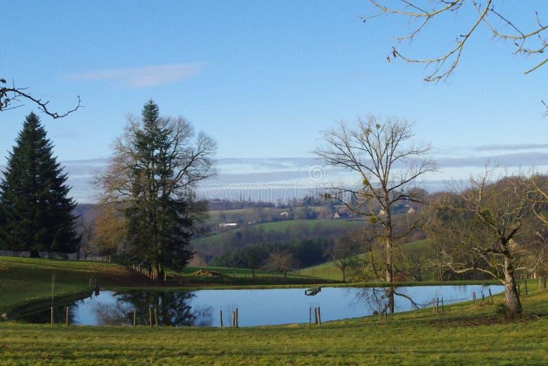 De herfstachtergrond, mooi meer met een uitzonderlijke mening over de vallei royalty-vrije stock foto's