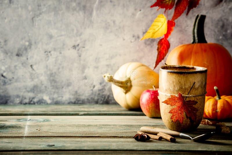De herfstachtergrond op houten tabel tegen de oude uitstekende muur van de roestvoorwaarde royalty-vrije stock afbeeldingen