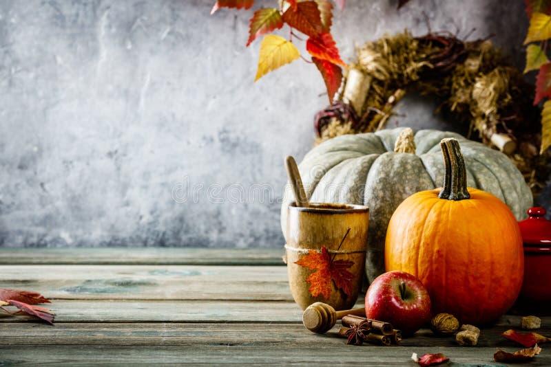 De herfstachtergrond op houten tabel tegen de oude uitstekende muur van de roestvoorwaarde stock fotografie