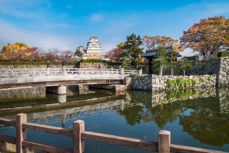 De herfstbezinningen in water bij de poort aan het Kasteel van Himeji in Japan stock afbeeldingen