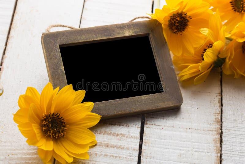 De herfstbloemen op lijst stock foto's