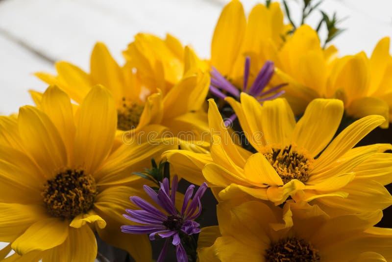 De herfstbloemen op lijst stock fotografie