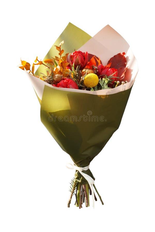De herfstboeket met verse tulpen en droge die bloemen op witte achtergrond worden geïsoleerd royalty-vrije stock foto