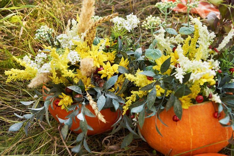 De herfstboeket Pompoen Heldere bloemen nave royalty-vrije stock foto's