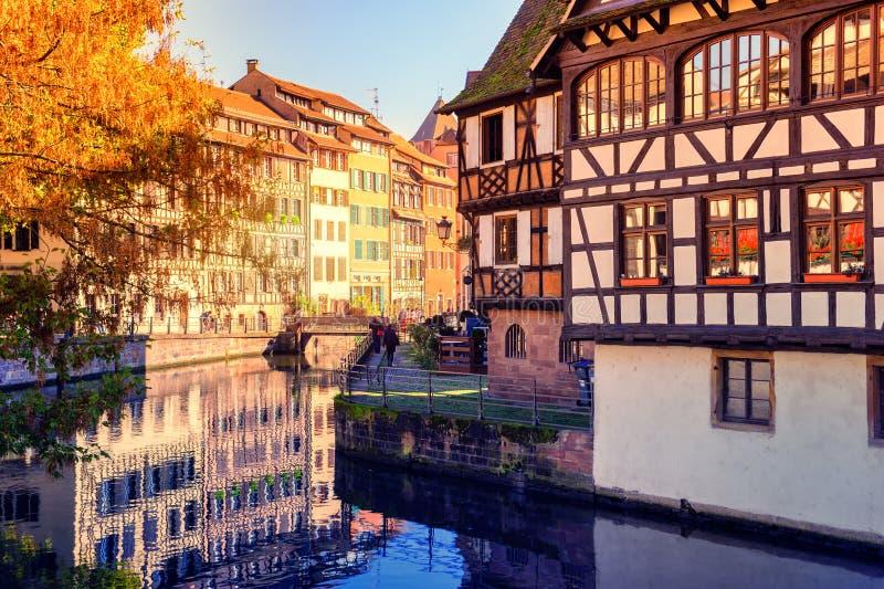 De herfstcityscape van Straatsburg met helft-betimmerde huizen alsace stock foto's