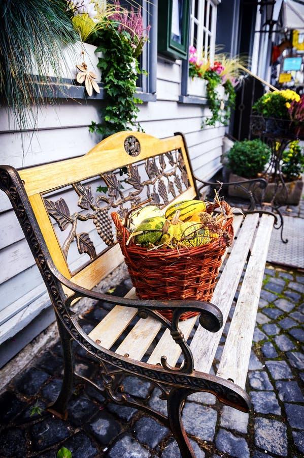 De herfstdecoratie in kleine Europese stad royalty-vrije stock fotografie