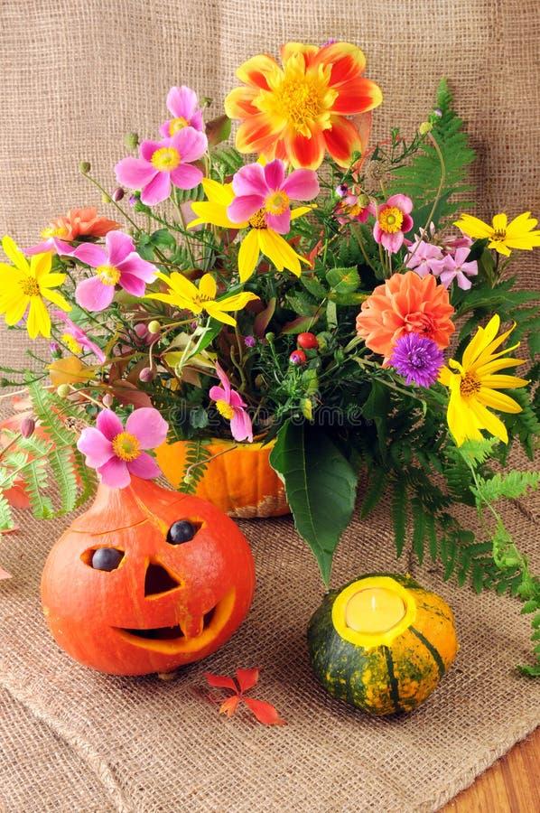 De herfstdecoratie met minipompoen, thee lichte kaars en bos royalty-vrije stock foto's