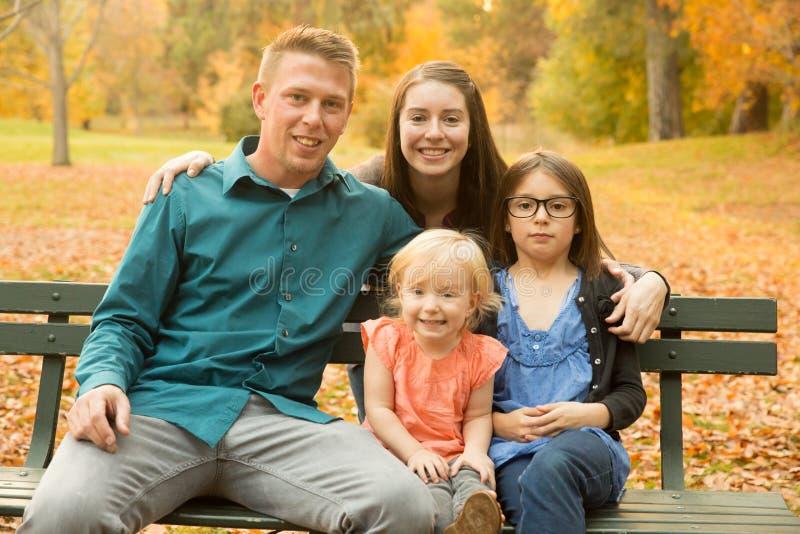 De herfstfamilie stock afbeeldingen
