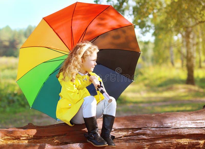 De herfstfoto, weinig kind met kleurrijke paraplu stock afbeelding